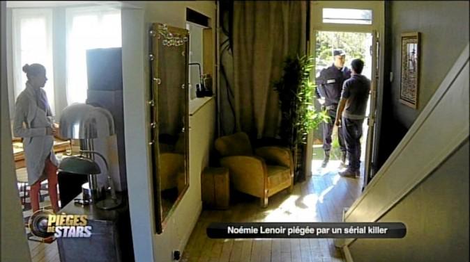 (Un policier sonne à la porte. Karim lui ouvre...) Le policier : Bonjour. Je fais le tour du pâté de maisons, car un homme dangereux a été rep