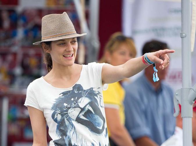 Marion Cotillard dans les tribunes lors du Jumping de Chantilly le 27 juillet 2014.