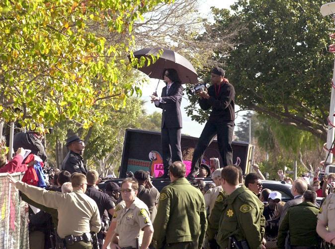 Michael Jackson à la sortie du tribunal, où il sera acquitté !