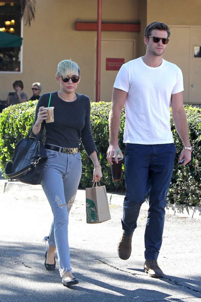 Le 24 octobre 2012, Liam Hemsworth et Miley Cyrus, avec son nouveau look, dans les rues de LA