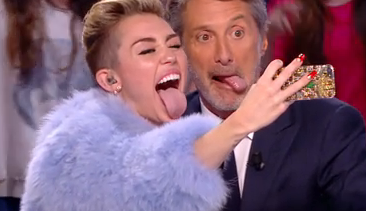 Miley Cyrus et Antoine de Caunes tirent la langue !