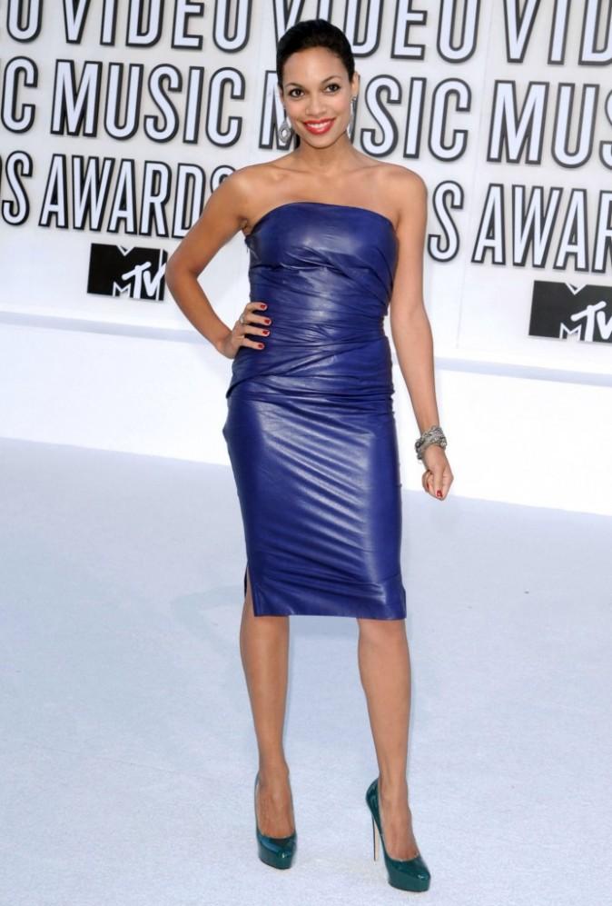 VMA 2010:  Rosario Dawson, le violet lui va à ravir !