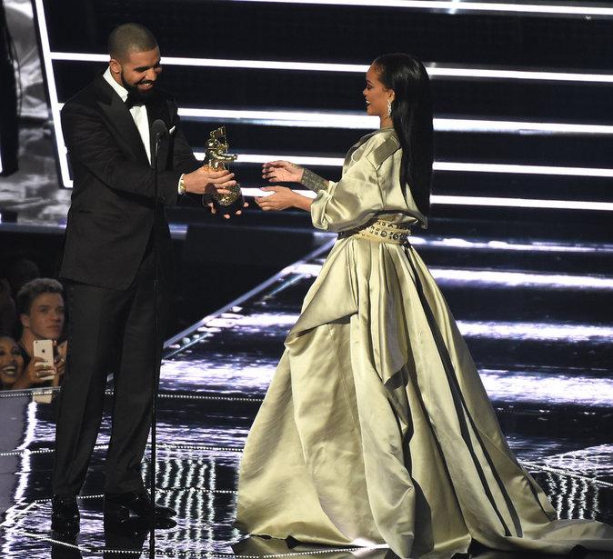 """Drake remet à Rihanna le prix """"MTV Video Vanguard Award"""" et lui déclare sa flamme"""