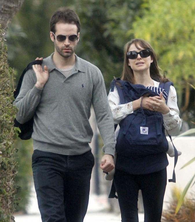 Elle porte le bébé, il porte son blouson...