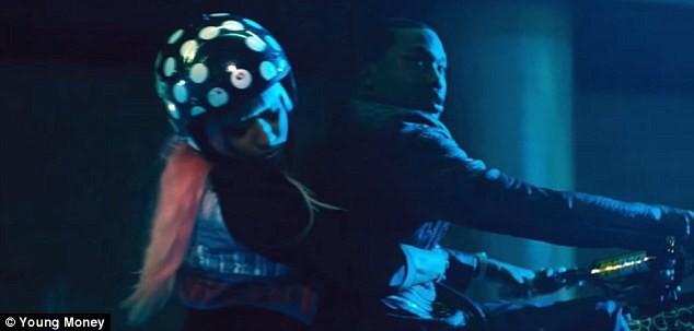 "Nicki Minaj dans son clip ""The Night Is Still Young"""