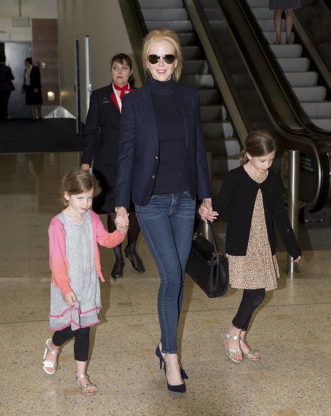Nicole Kidman : élégante et branchée avec ses deux filles pour son arrivée à Sydney !