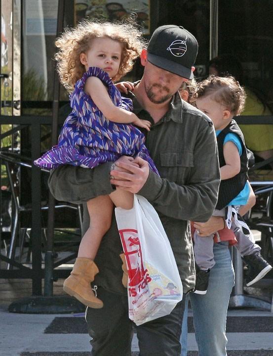Joel Madden en famille à Beverly Hills, le 3 avril 2011.