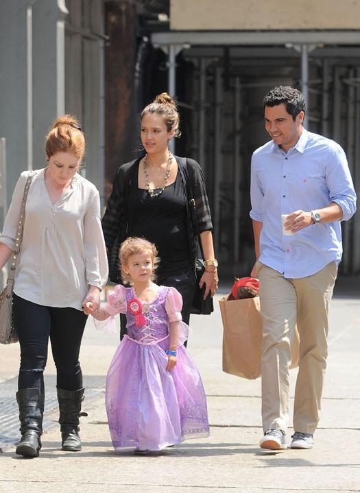 Jessica Alba en famille, se rendant au restaurant Bubby's !