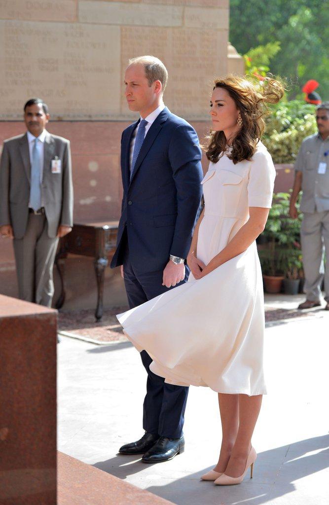 Le Duc et la Duchesse de Cambridge devant l'autel du palais de Gandhi