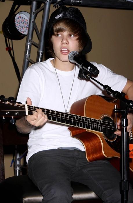 Doué pour la danse, le chant et la guitare : c'est un artiste complet !