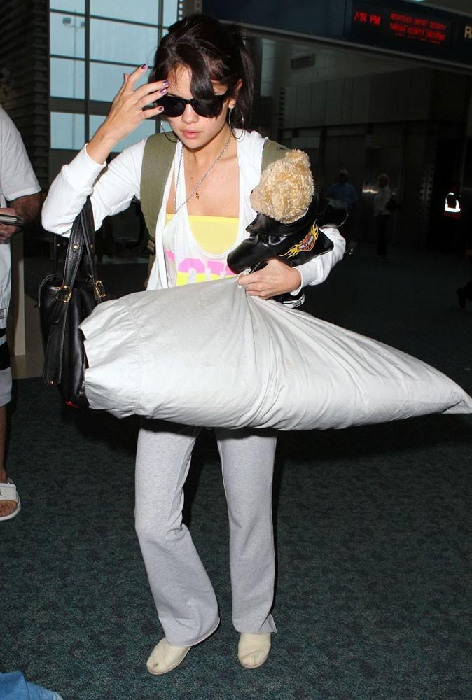 Photos : Selena Gomez ne voyage jamais sans un bon oreiller et son doudou !