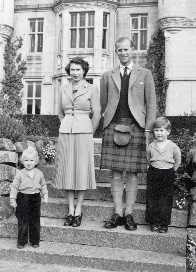 Elizabeth II avec son mari et ses enfants : Anne et Charles