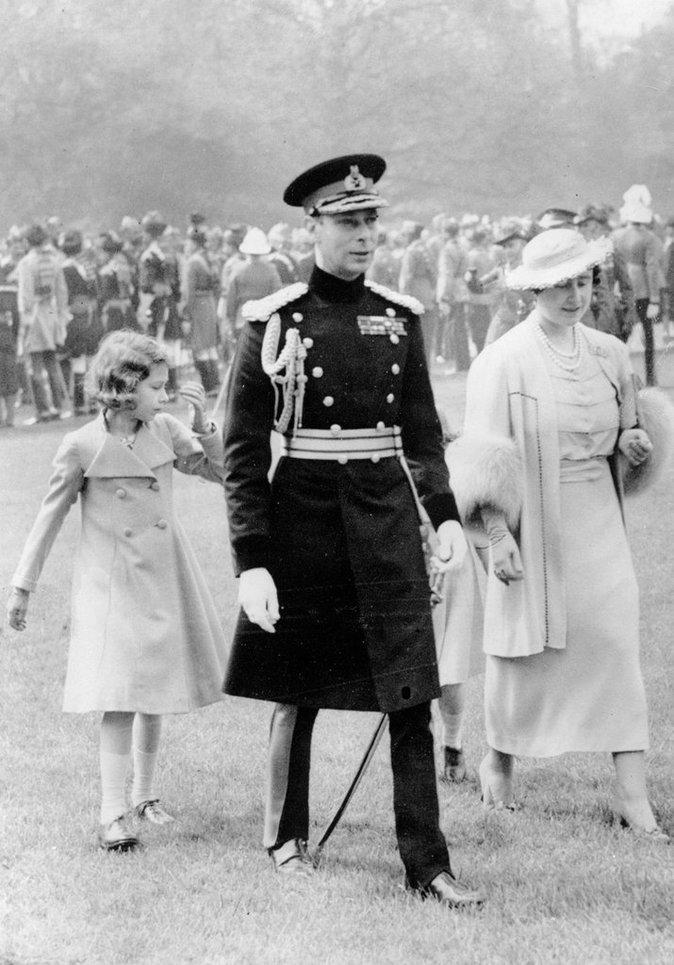 Elizabeth II durant sa tendre enfance, en compagnie de son père, le roi George VI et de sa maman Elizabeth Bowes-Lyon