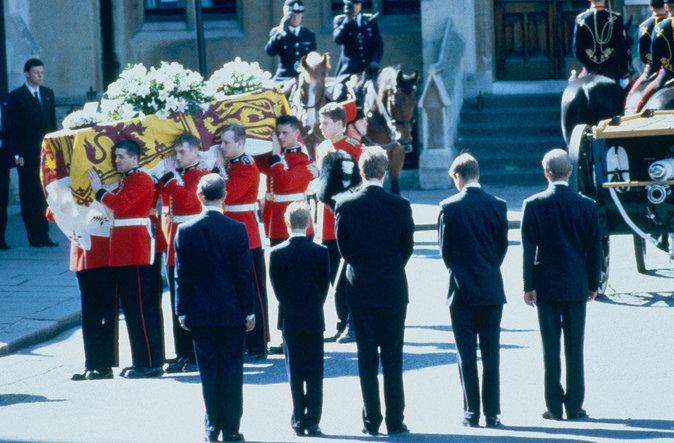 Philip Mountbatten, les princes Charles, Harry et William suivent le cerceuil de Lady Di