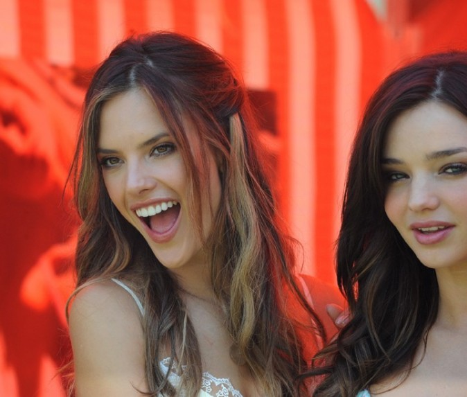Alessandra Ambrosio et Miranda Kerr lors de la promo du Victoria's Secret Bombshell 2011 Tour, le 12 mai 2011 à Los Angeles.