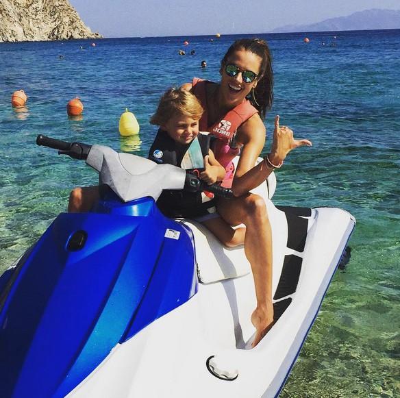 Alessandra Ambrosio avec son fils Noah à Mykonos