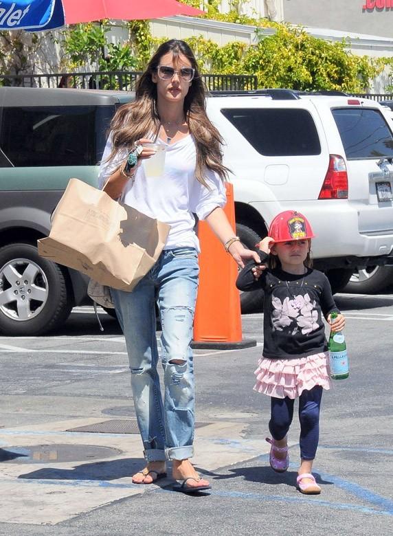 Alessandra Ambrosio avec sa fille Anja à Los Angeles le 16 avril 2013