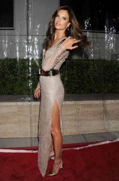 Alessandra Ambrosio lors de la soirée amfAR Inspiration Gala 2013 à Los Angeles, le 12 décembre 2013.