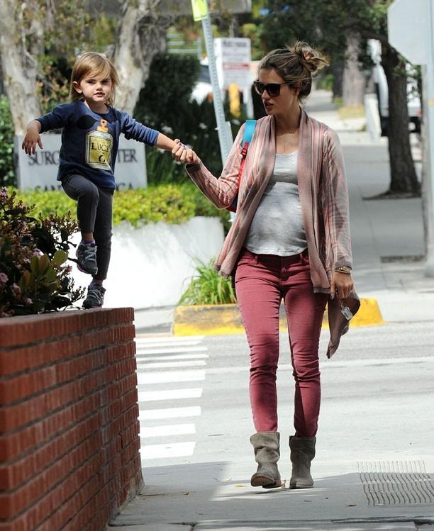 Alessandra Ambrosio prend du temps pour sa petite Anja...