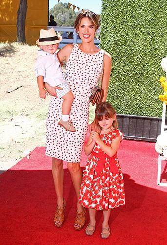 Alessandra Ambrosio et ses enfants à Los Angeles le 5 octobre 2013