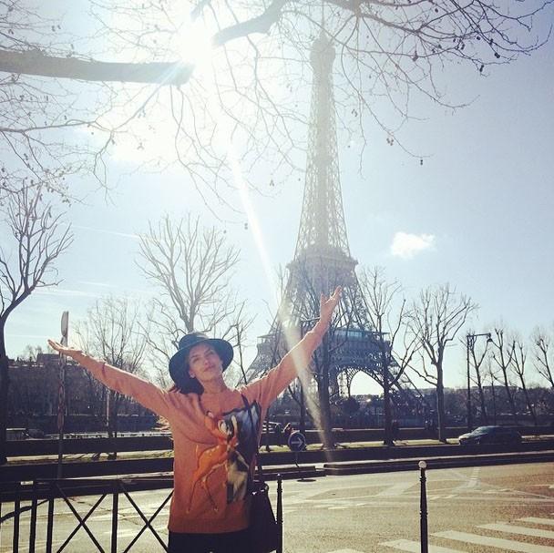 Alessandra Ambrosio profite du soleil parisien !