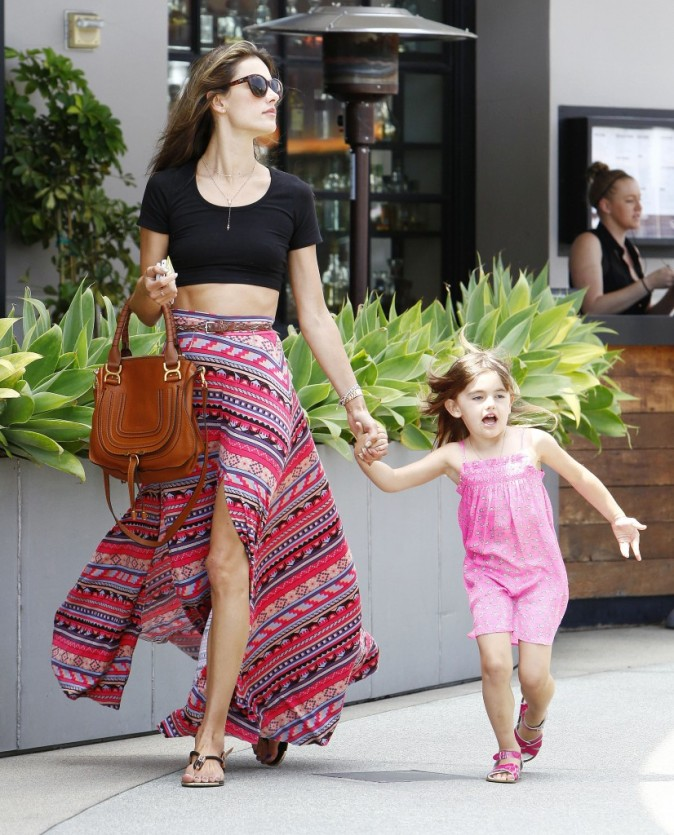 Alessandra Ambrosio et sa fille Anja, Los Angeles, 17 mai 2013.