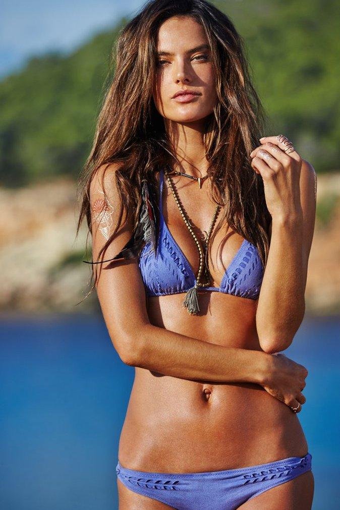Alessandra Ambrosio pose à Ibiza pour sa marque de maillots de bain !