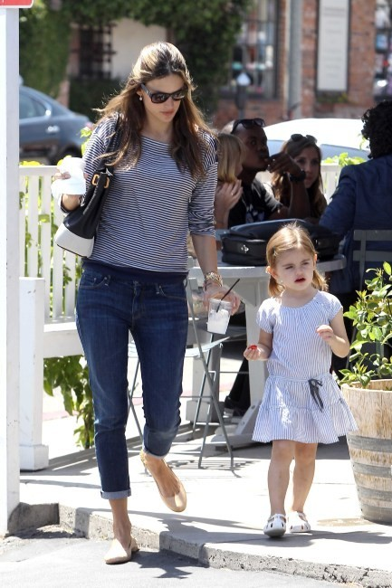 Alessandra Ambrosio et sa fille Anja à Brentwood, le 6 juin 2012.