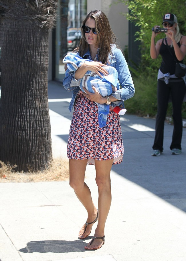 Alessandra Ambrosio le 29 juin 2012 à Pacific Palisades