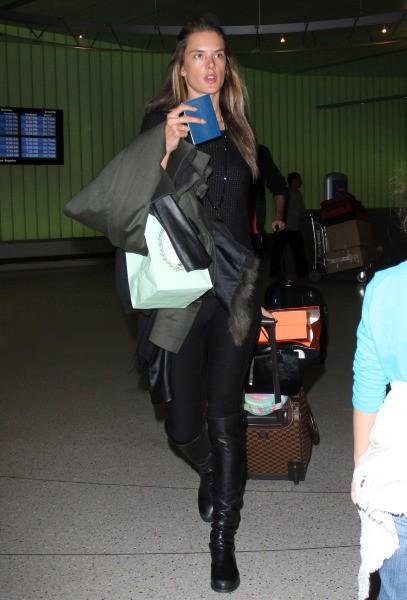 Alessandra Ambrosio à l'aéroport de Los Angeles, le 27 novembre 2013.