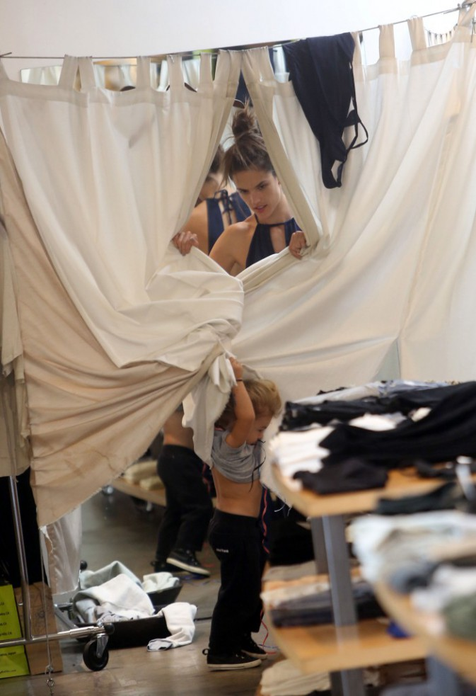 Alessandra et Noah Ambrosio à Los Angeles le 18 novembre 2014