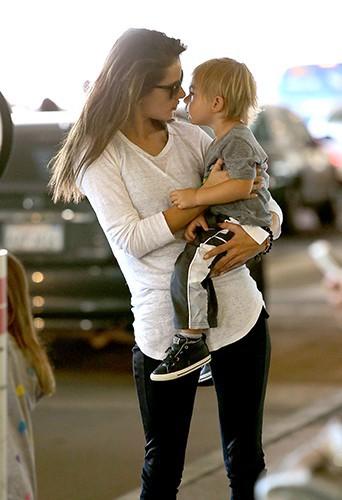 Alessandra Ambrosio à l'aéroport de Los Angeles avec ses enfants le 24 juillet 2014