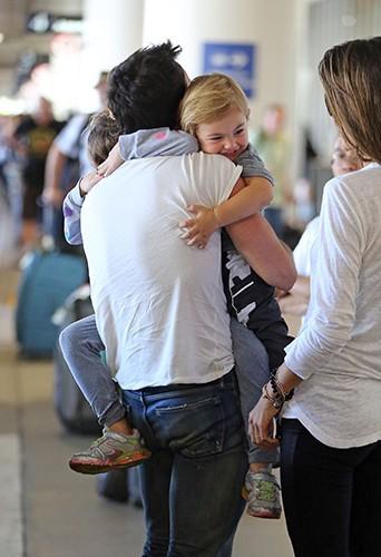 Alessandra Ambrosio et Jamie Mazur à l'aéroport de Los Angeles avec leurs enfants le 24 juillet 2014