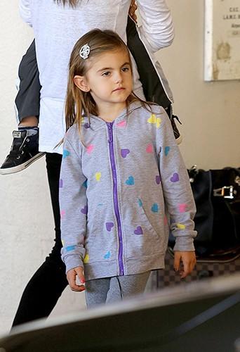 La petite Anja à l'aéroport de Los Angeles le 24 juillet 2014
