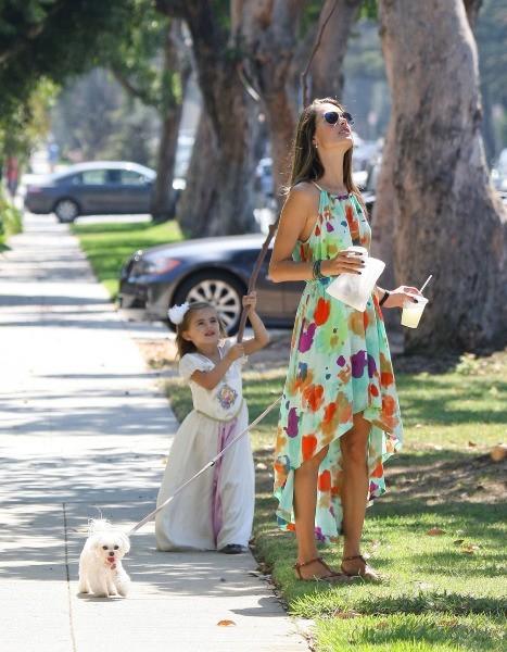 Alessandra Ambrosio et sa fille Anja à Brentwood, le 16 septembre 2012.