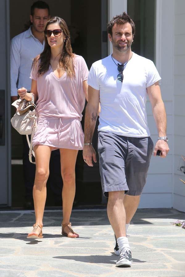 Alessandra Ambrosio à la sortie de sa maison de Los Angeles le 7 juin 2012
