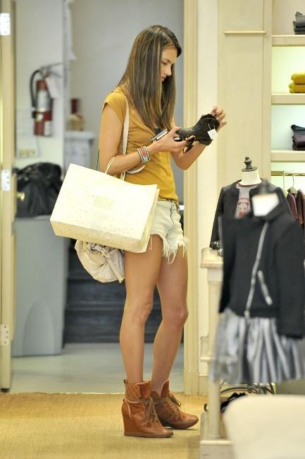 Alessandra Ambrosio en plein shopping à Los Angeles, le 9 octobre 2012.