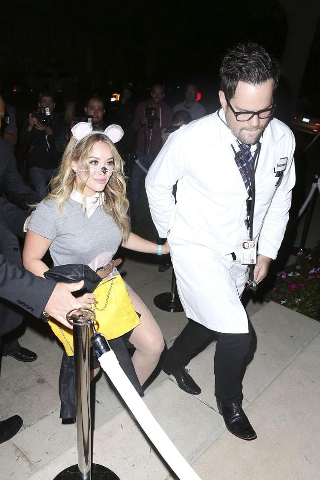 Hilary Duff et son mari Mike Comrie à une soirée d'Halloween organisée à Beverly Hills le 25 octobre 2013
