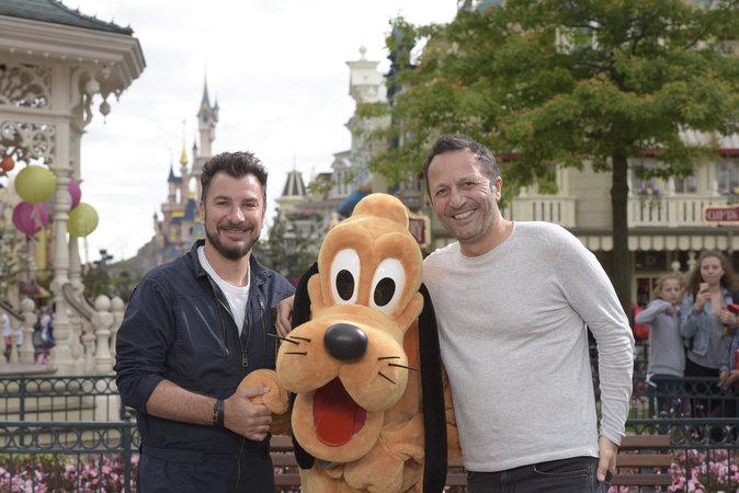 Michael Youn et Arthur lors du lancement du nouveau spectacle de Disneyland Paris, le 2 juillet 2016.