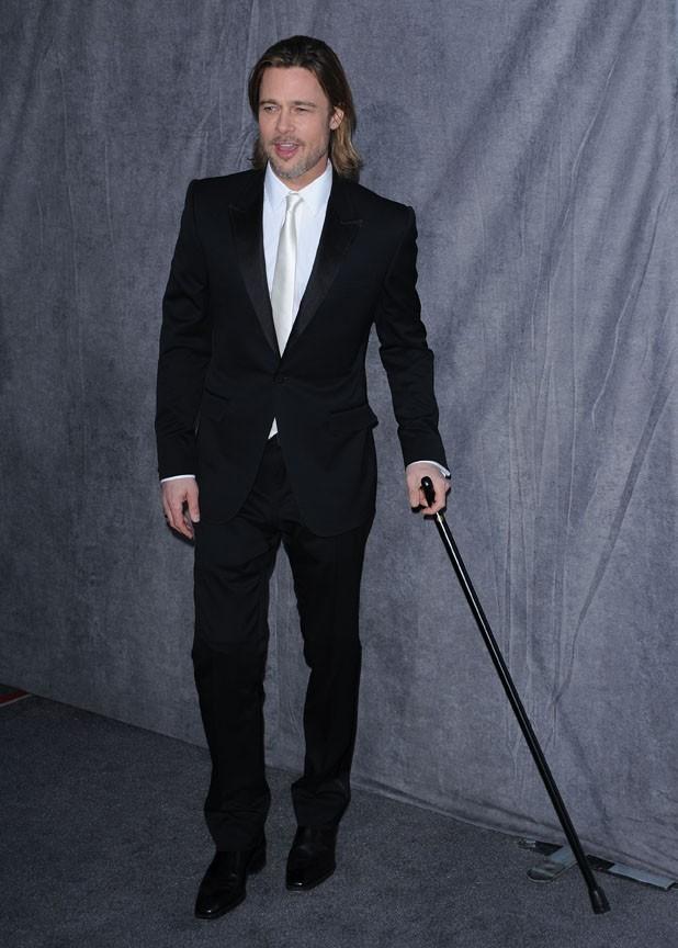 Brad Pitt accompagné de sa canne !