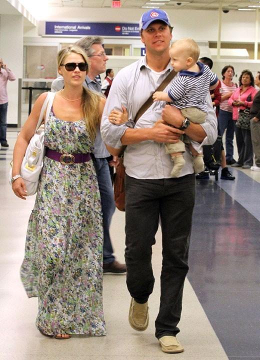 Ali Larter en famille à l'aéroport de Los Angeles, le 11 septembre 2011.