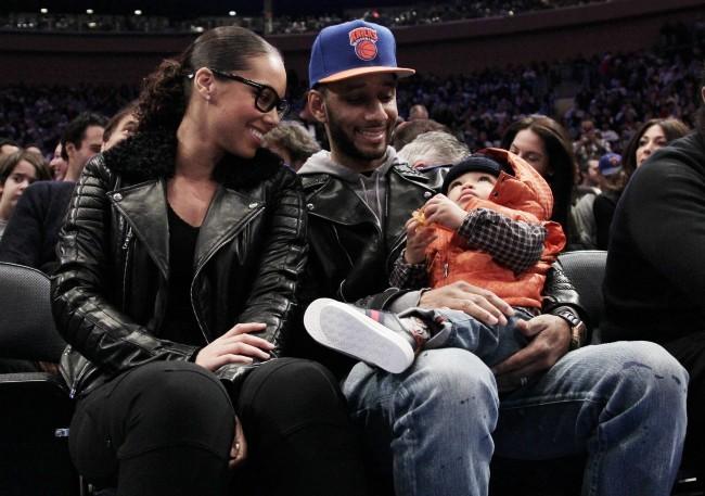 Alicia Keys et son mari Swizz Beatz, avec leur fils Egypt, lors du match des Knicks à New York, le 25 décembre 2011.