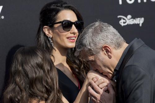 Amal accompagne George pour la promo de Tomorrowland