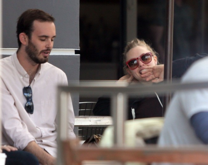 Amanda Seyfried et un mystérieux homme à Los Angeles, le 2 avril 2013.
