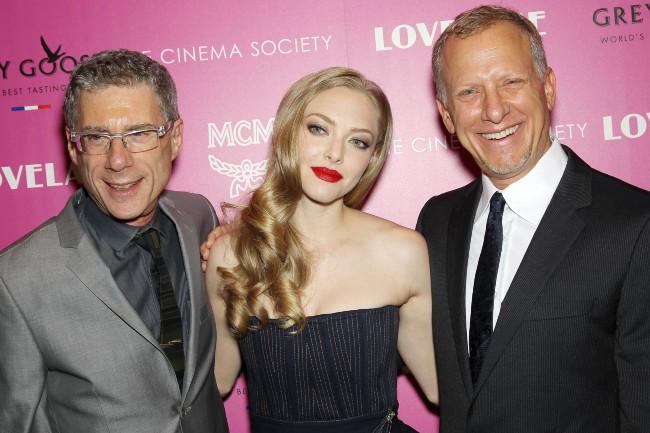 """Jeffrey Friedman, Amanda Seyfried et Rob Epstein lors de la première du film """"Lovelace"""" à New York, le 30 juillet 2013."""