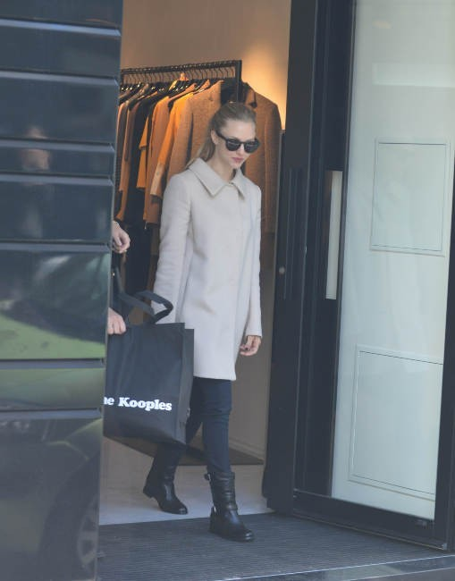 Amanda Seyfried en plein shopping à Paris, le 4 octobre 2012.