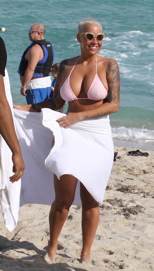 Photos : Amber Rose : booty et seins à l'air, elle sait quoi répondre à ses détracteurs !