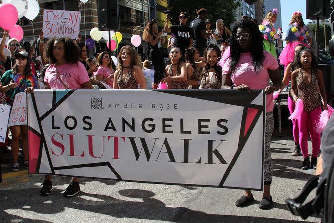 """Amber Rose préside la """"Marche des Salopes"""" à Los Angeles le 1er octobre 2016"""