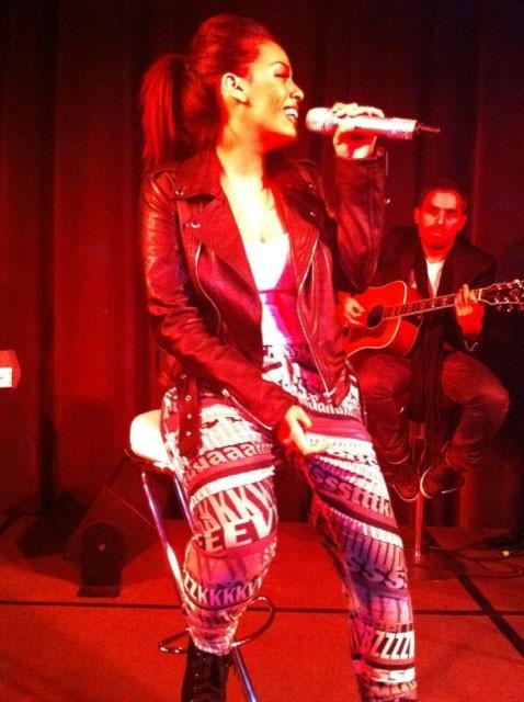Amel Bent en concert privé à l'Aquarium de Paris, le 7 décembre 2011.