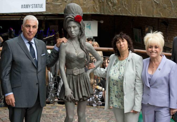 Amy Winehouse : découvrez la statue de bronze à son effigie !